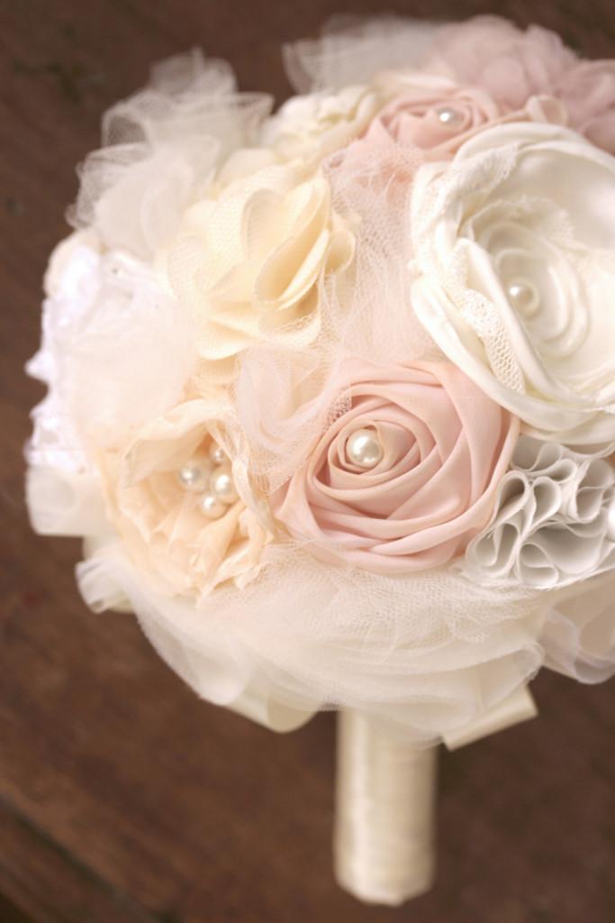 Bouquet di fiori di stoffa e tulle di Trilli e Gingilli