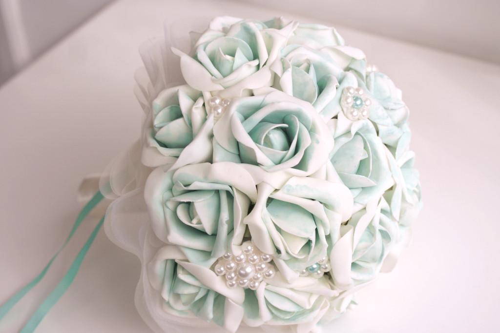 Bouquet di rose di stoffa con sfumature azzurre di Trilli e Gingilli