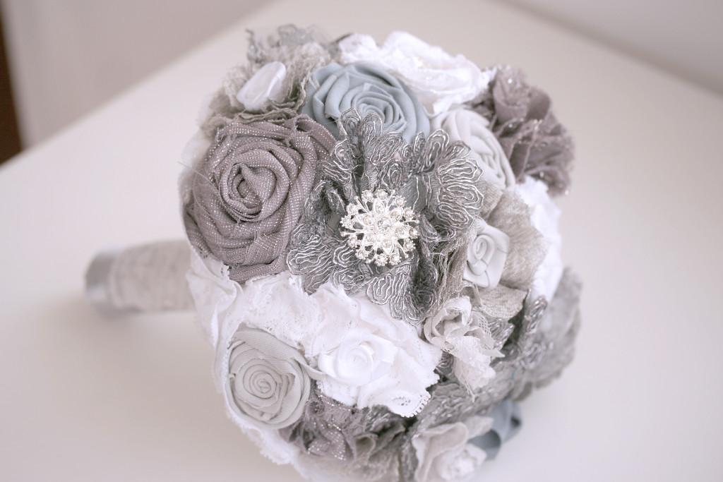 Bouquet con fiori di stoffa  di Trilli e Gingilli