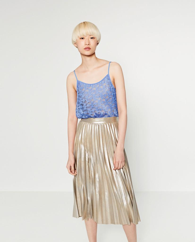 Gonna oro plissettata con top azzurro - Zara P/E 2016.