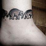 Un braccialetto o cavigliera di elefante, un'idea particolare se avete una famiglia numerosa. Foto di tattoofilter