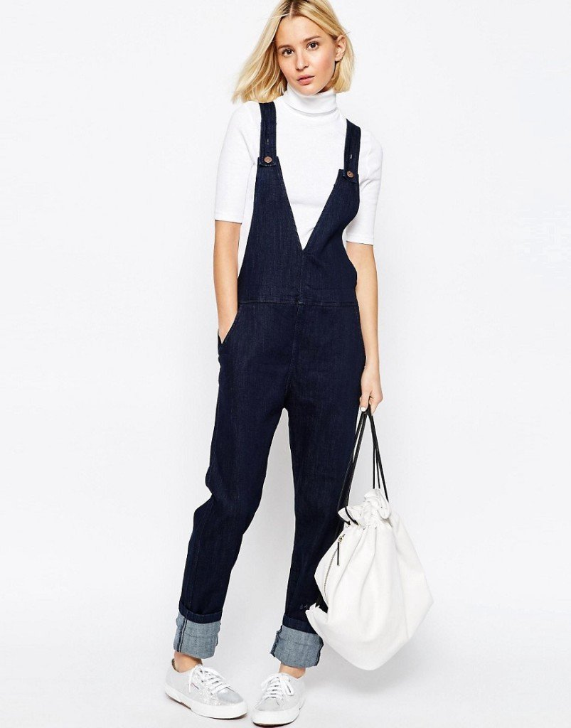 ADPT salopette in jeans con scollo profondo.