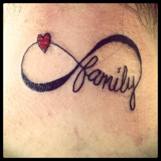 Un piccolo cuoricino e la scritta famiglia per simboleggiare l'affetto verso i cari.  Foto di prettydesign