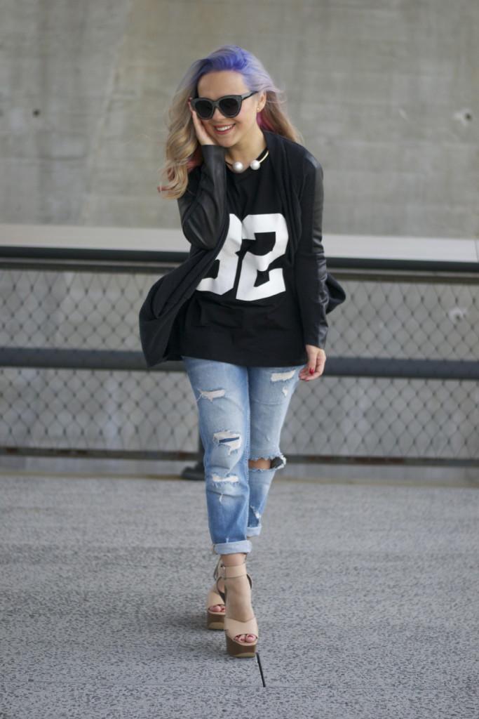Anche la t-shirt manica lunga va bene per comporre un look basic con i jeans. Photo credits: Andrea Maria @dearmilano on Instagram