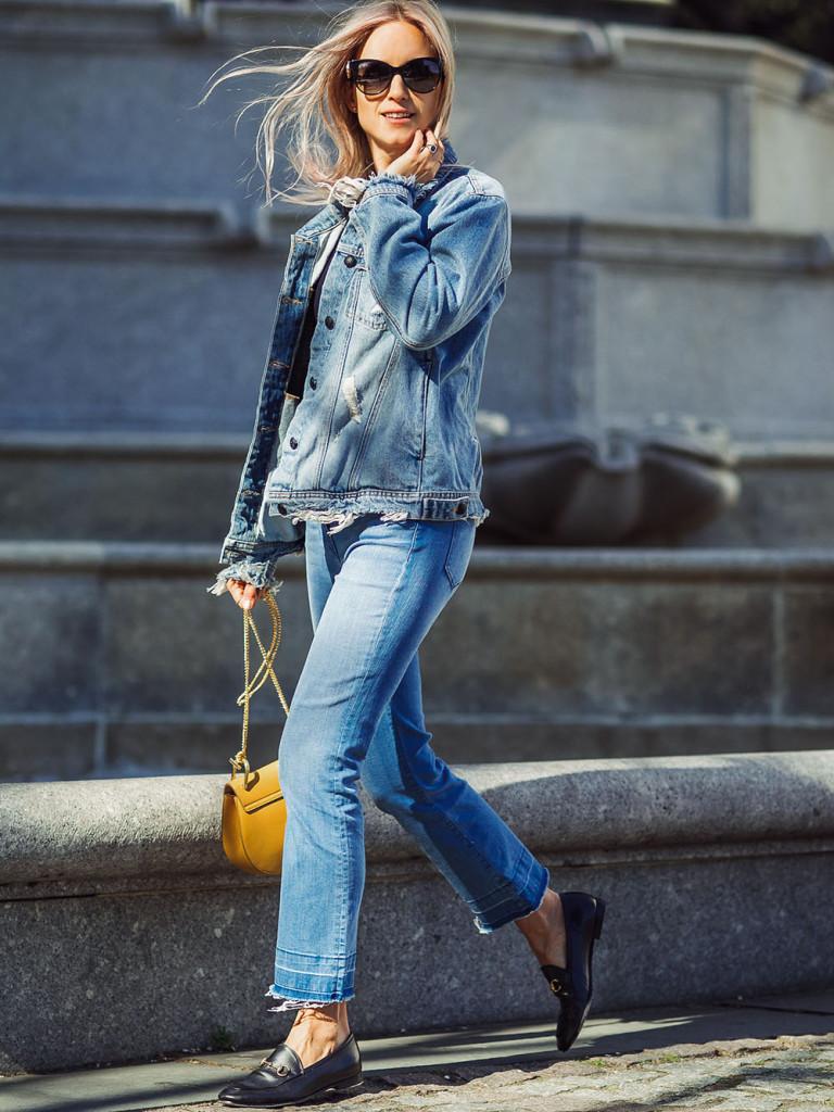 Jeans e giubbotto in denim in colori diversi per un look rock 'n' roll e ribelle. Photo credits: Charlotte Groeneveld @thefashionguitar on Instagram