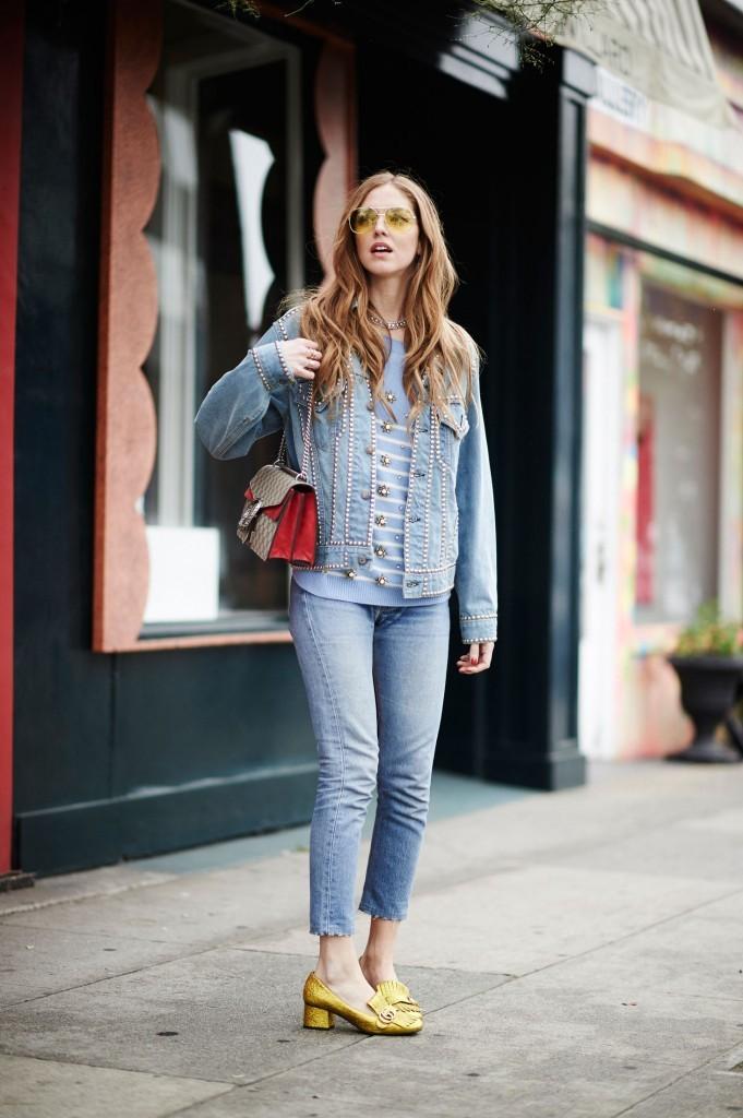 Un dettaglio eccentrico come un paio di mocassini metallizzati regala una marcia in più ai jeans. Photo credits: Chiara Ferragni @chiaraferragni on Instagram