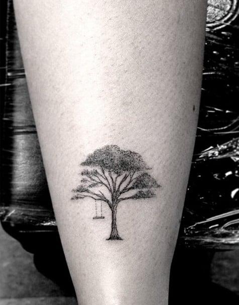 Un grande albero e un altalena, un perfetto disegno per ricordare la propria famiglia e l'infanzia. Foto di freetattoodesign