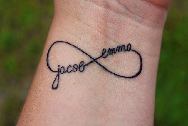 Il tatuaggio con il simbolo dell'infinito arricchito con i nomi di chi lo condivide. Un'idea che rappresenta il forte legame che unisce un fratello e una sorella. Foto di passionetattoo.it