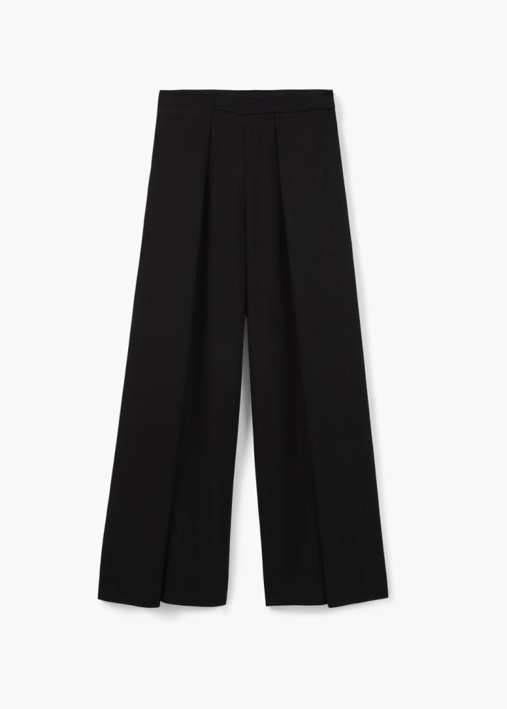 Il nero non manca neppure nelle collezioni per la bella stagione 2016. Pantaloni a palazzo Mango.
