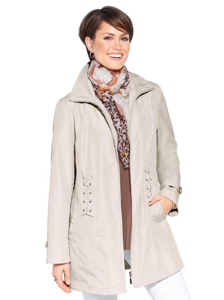 Moda Vilona trench chiaro modello cappotto.