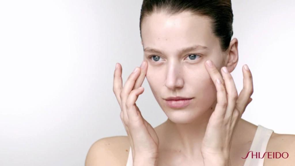 Favorire l'assorbimento del siero dopo il tempo di posa della maschera