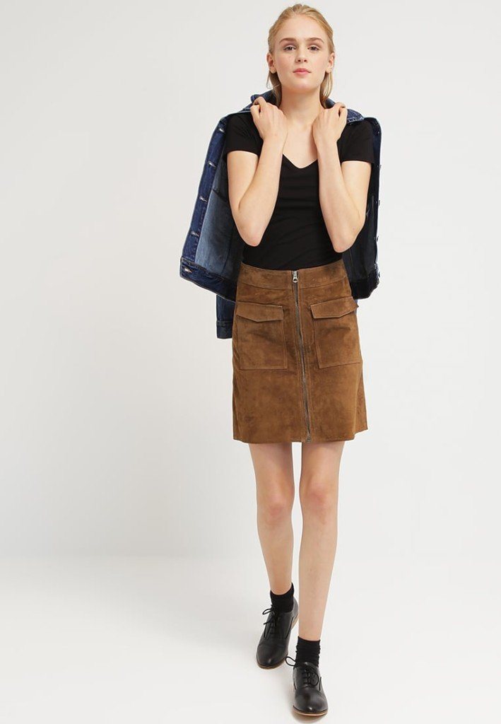 Outfit: maglia nera a manica corta con gonna di pelle tobacco by Pepe Jeans KEIRA (Zalando)