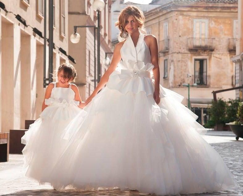 Abito sposa e damigella molto simili, per mamma e figlia - foto sposatelier.