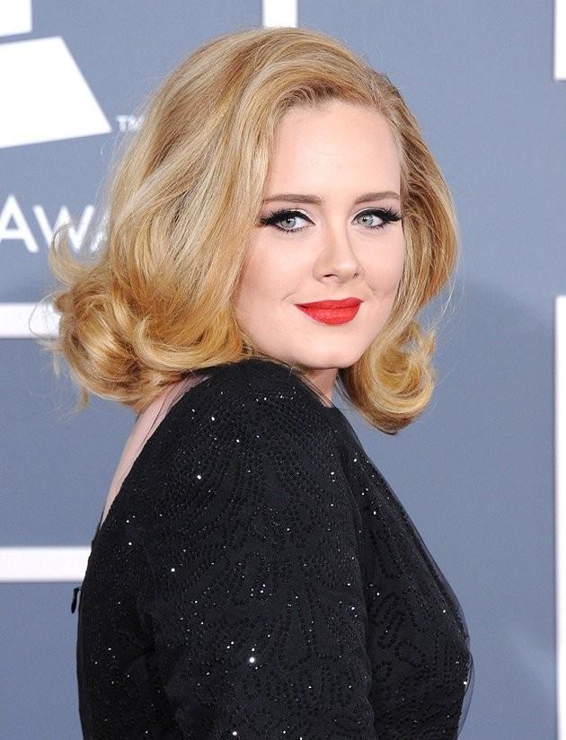Adele per il red carpet sceglie il rosso scarlatto per le labbra, lasciando gli occhi nude. Foto di changemycloset