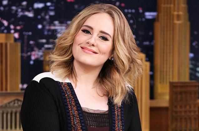 Il rossetto nude è uno dei più utilizzati dalla cantante britannica.  Foto di gobarireport.com