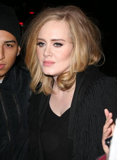 Adele non rinuncia mai alla linea di eyeliner, è un must del suo makeup look. Foto di diymag.com