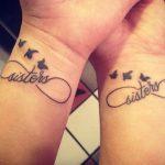 """La scritta """"Sisters"""" e le rondini sono un'altra variante per il simbolo dell'infinito. Foto di passionetattoo"""