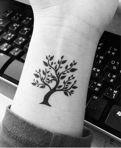 Anche le piante e gli alberi hanno significati che riconducono al tema della famiglia, uno tra questi è l'albero genealogico. Foto di freetattoodesign