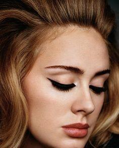 Dettaglio del trucco occhi di Adele, impreziosito con le ciglia finte per uno sguardo ancora più magnetico