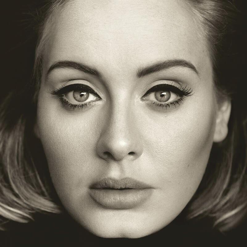 Il trucco occhi di Adele è inconfondibile. Foto Pagine Ufficiale Facebook Adele