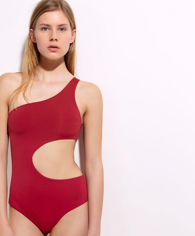 Appassionate del costume intero? Molteplici sono i modelli fuori dall'ordinario, come questo trikini bordeaux di Oysho