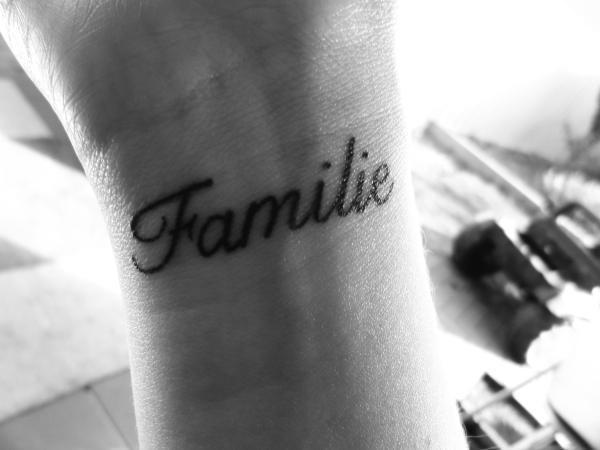 Semplicemente famiglia. Uno deo tattoo più semplici per celebrare l'amore famigliare è sicuramente il nome dei cari. Foto di passionetattooSemplicemente famiglia. Uno deo tattoo più semplici per celebrare l'amore famigliare è sicuramente il nome dei cari. Foto di passionetattoo