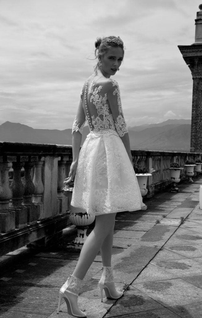 Effetto tatuaggio per l'abito da sposa con ballgown in pizzo e schiena velata con decorazioni floreali - Alessandra Rinaudo - Collezione 2017