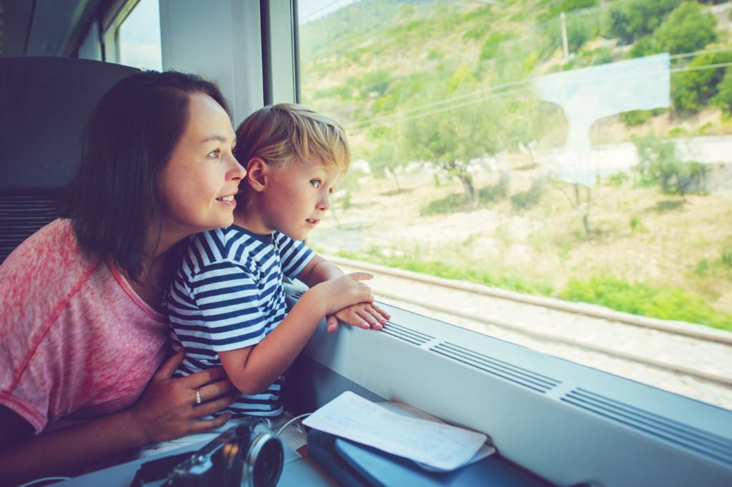 Mamma e bambino in treno