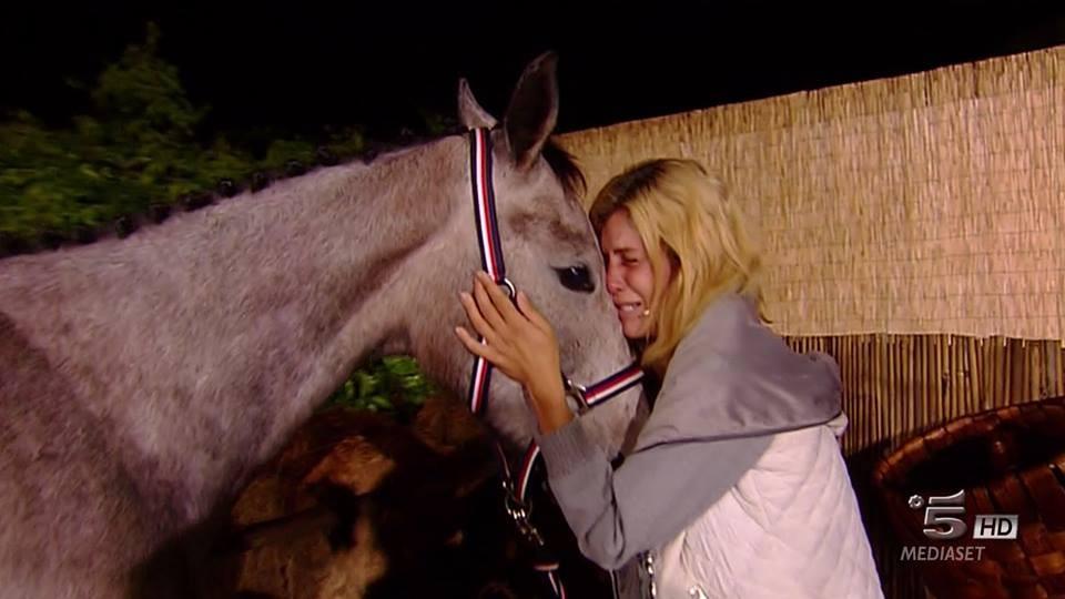 Un momento emozionante quello dell'incontro, dopo l'eliminazione, tra Paola e il suo cavallo, Cappuccino, che non vedeva da più di due mesi.