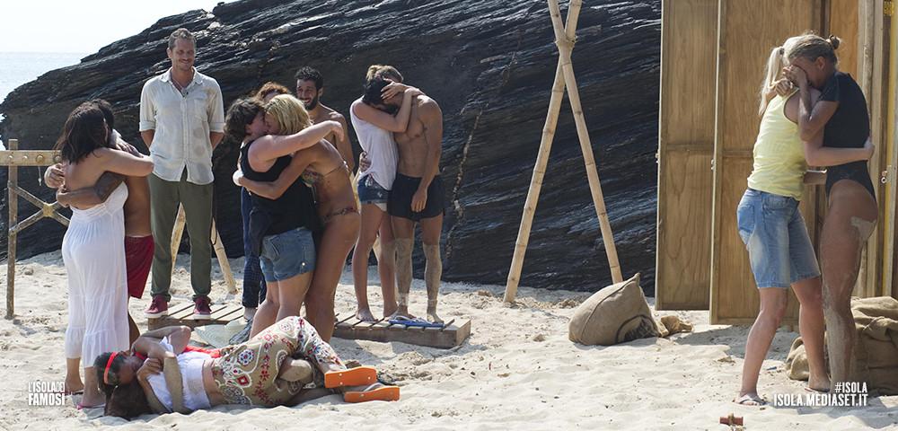 I parenti dei naufraghi arrivano sull'isola per far loro una sorpresa... un momento indimenticabile per i concorrenti.