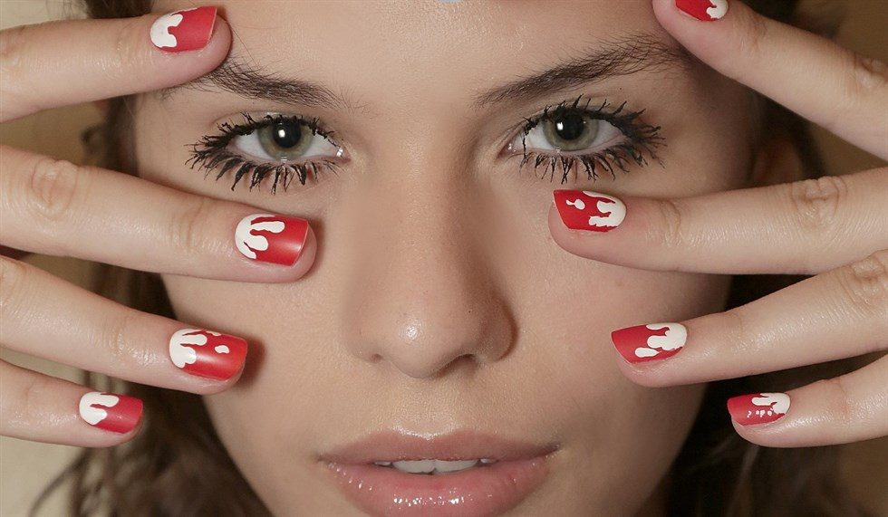 Nail arti sui toni del rosso e del bianco con motivi a macchie ©Andrea Benedetti/Thomas Carlà