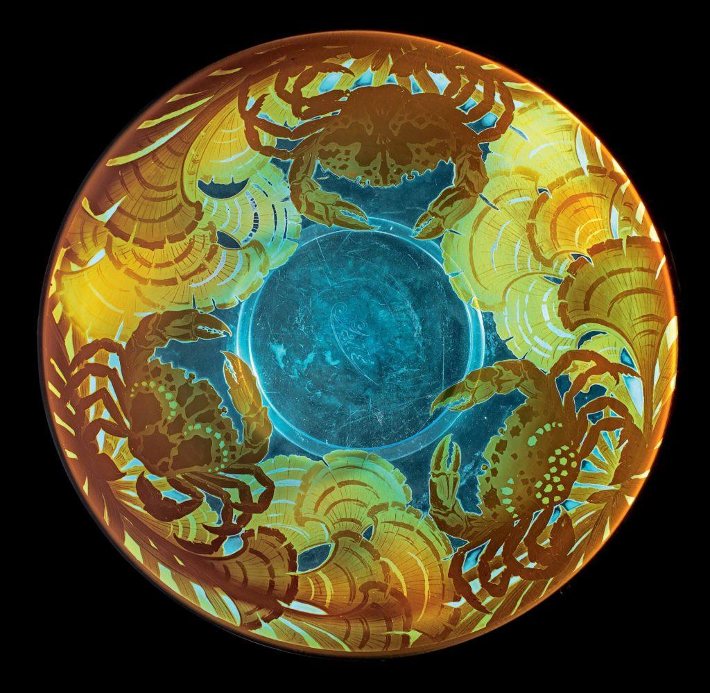 """Émile Gallé Piatto """"Aux crabes"""" (con granchi), 1920 ca. Vetro rivestito e inciso ad acido con granchi e vegetazione acquatica, firmato a intaglio acido Gallé Ø 39.1 cm © Arkas Holding."""