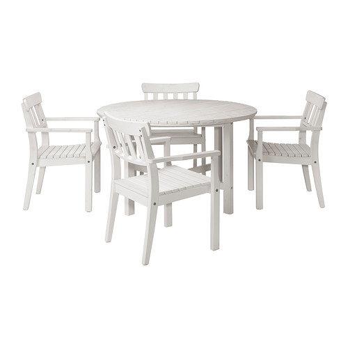 Tavolo e sedie sono realizzati in durame di pino per garantirne la lunga durata