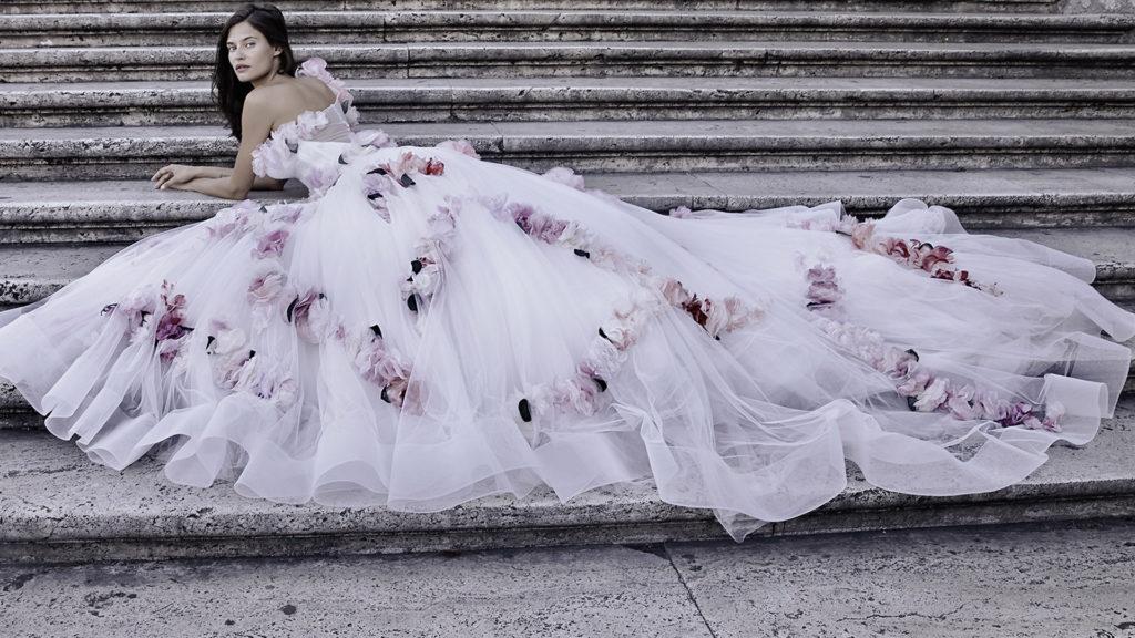 Alessandro Angelozzi abito con applicazione rose colorate.