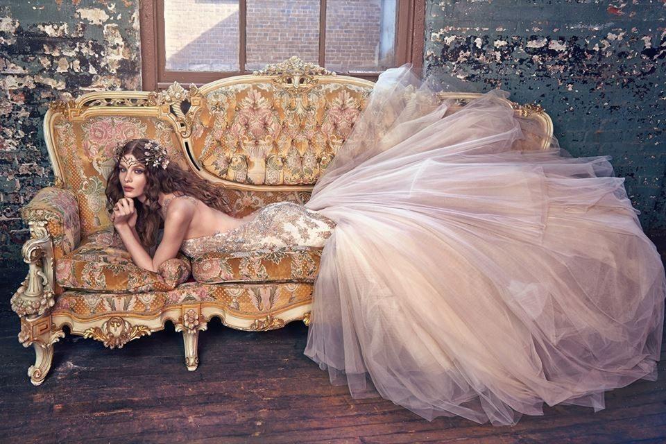 Abito da sposa colorato, rosa cipria e oro, di Galia-Lahav.