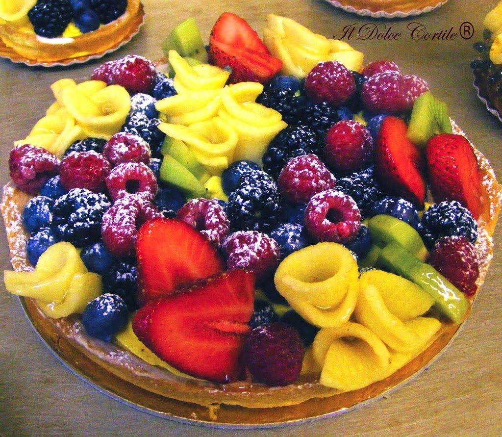Frutti di bosco su una crostata di il dolce cortile