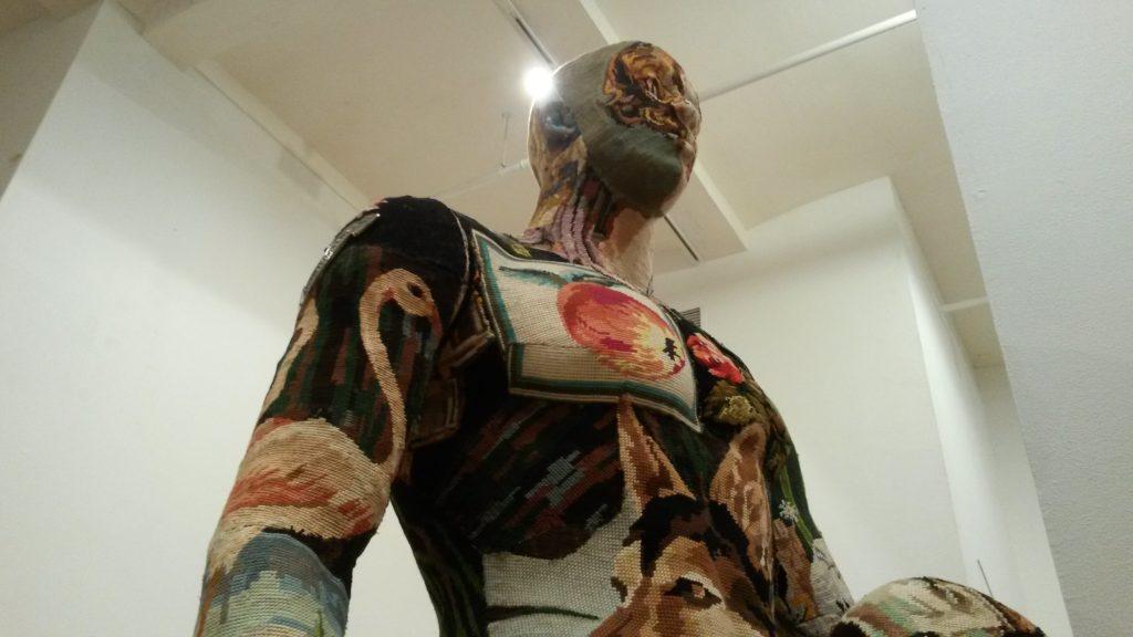 Alcune delle creazioni nascondono un complesso lavoro tessile, come questa, in cui il tessuto è stato completamente cucito addosso al manichino