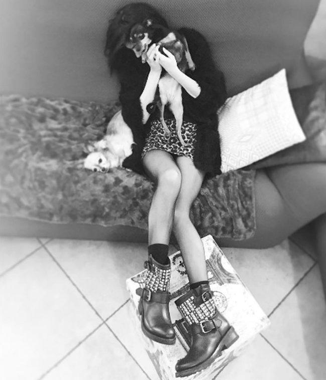 Bianca Atzei è casual chic con minigonna animalier e biker boots.