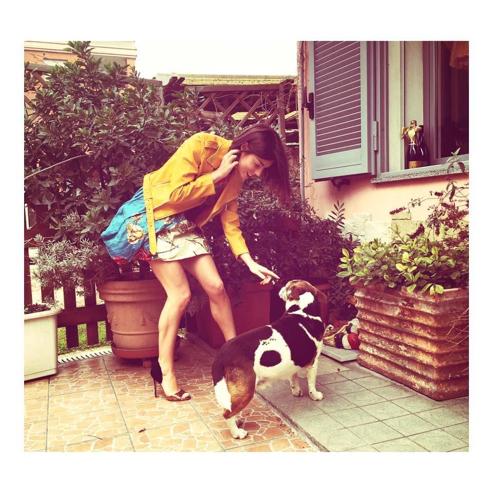 Bianca Atzei con abito corto e chiodo giallo è elegante e rock.