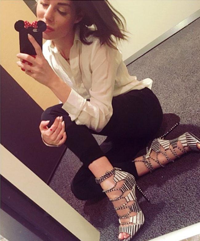 Bianca Atzei con un look da sera semplice ed elegante, composto da pantaloni e camicia.