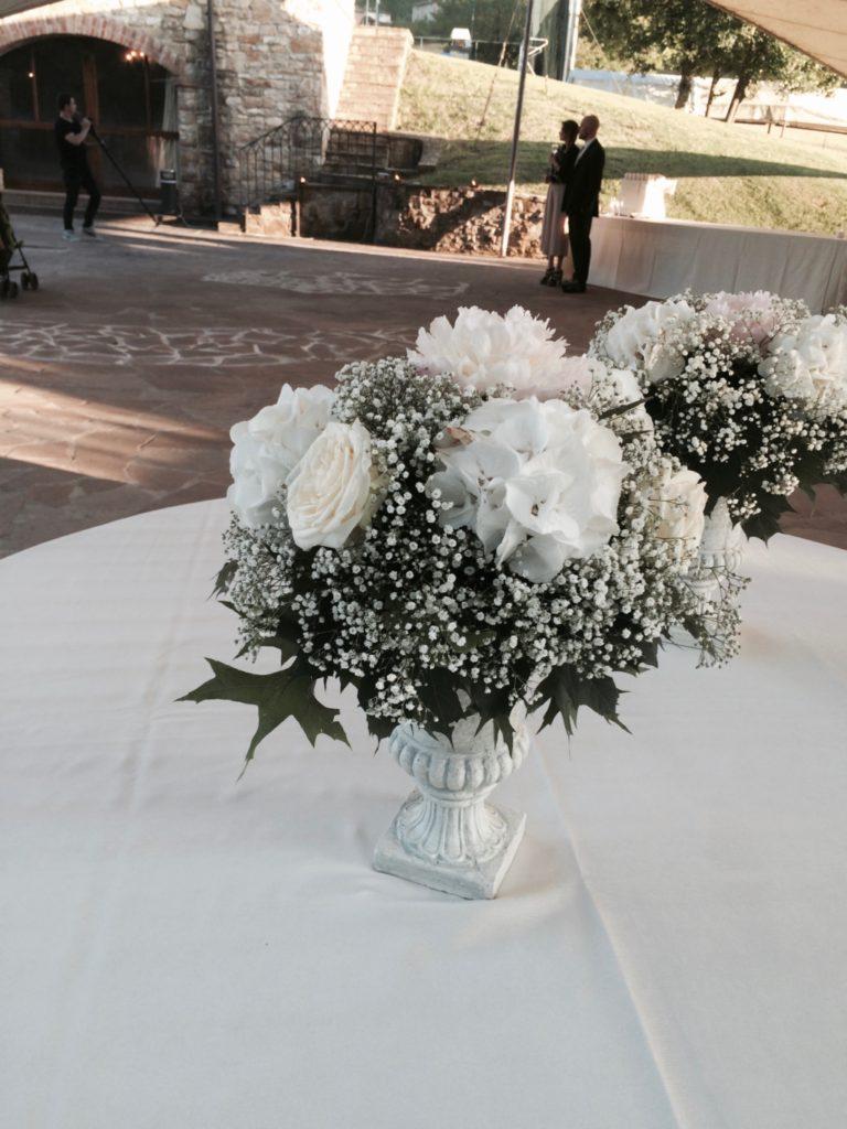 Elegante vaso bianco per un matrimonio total white di Amiche della Sposa wedding Planner
