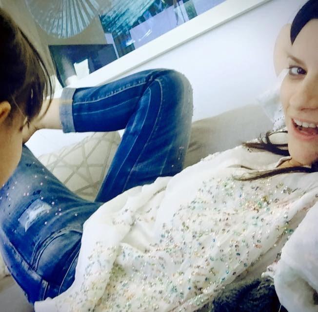 Laura Pausini con jeans used effect e maglia con paillettes.