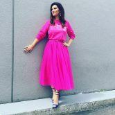 Laura Pausini con un abito fucsia