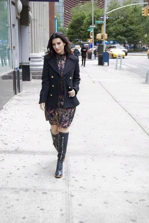 Laura Pausini con abito in pizzo e stivali flat alti.