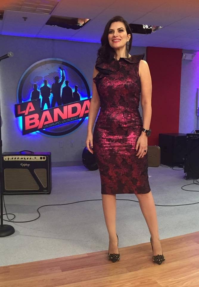 Laura Pausini con un abito cangiante color Marsala.