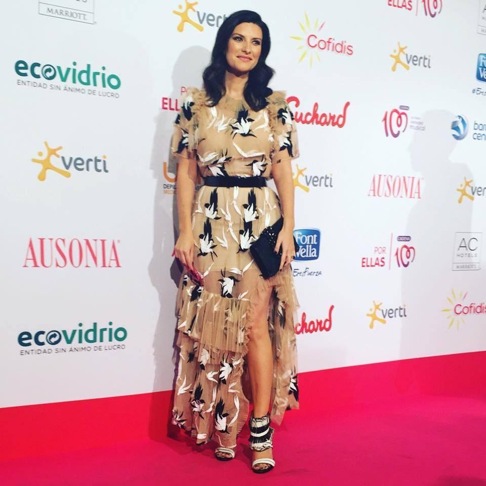 Laura Pausini con un abito bon ton da sera dalla consistenza impalpabile.