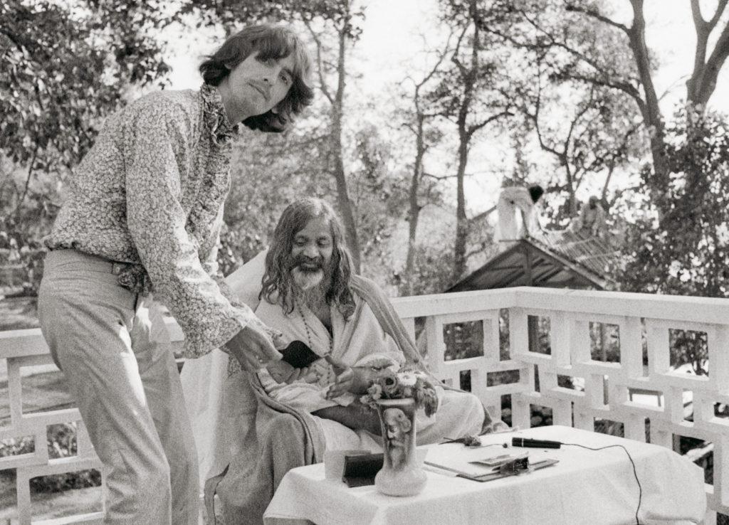 Paul mentre ricorda le sue esperienza a Rishikesh, India nel 1968.