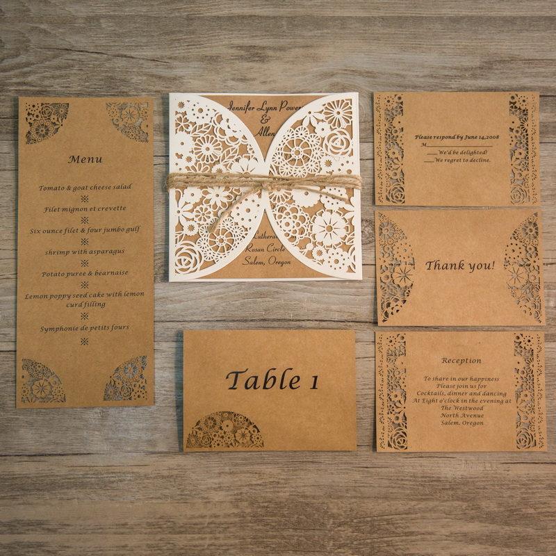 Coordinato partecipazioni menù e tableaux matrimonio con carta riciclata e nastro con cordino di partecipazionimatrimoniolaser