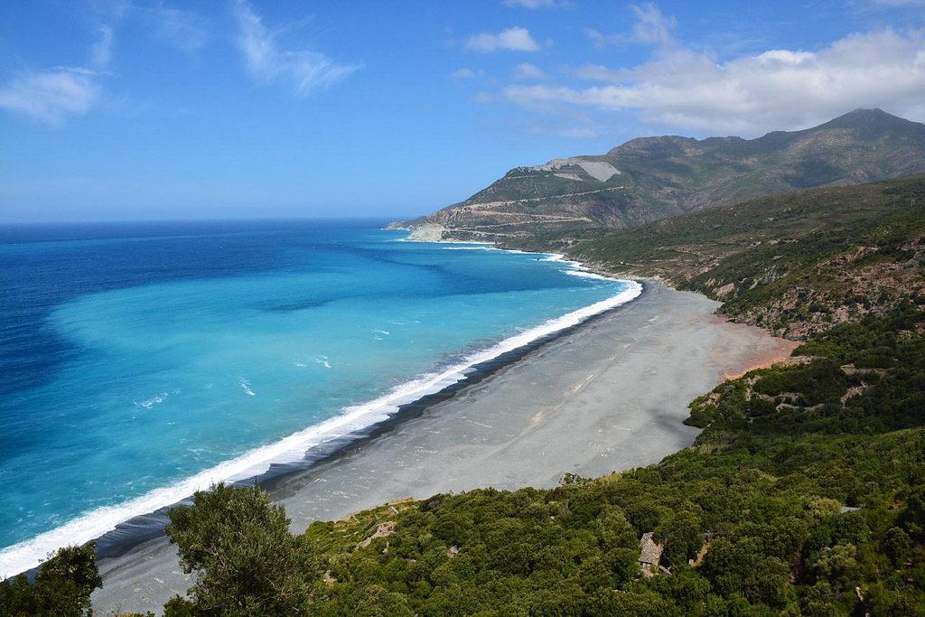 La Corsica è un'isola che appartiene politicamente alla Francia ma che si trova nella zona geografica italiana, appena sopra la Sardegna.