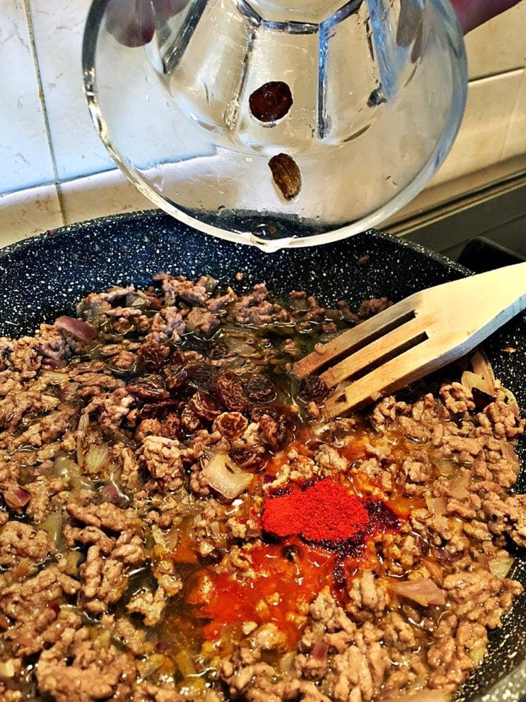 Carne rosolata, spezie e uvetta
